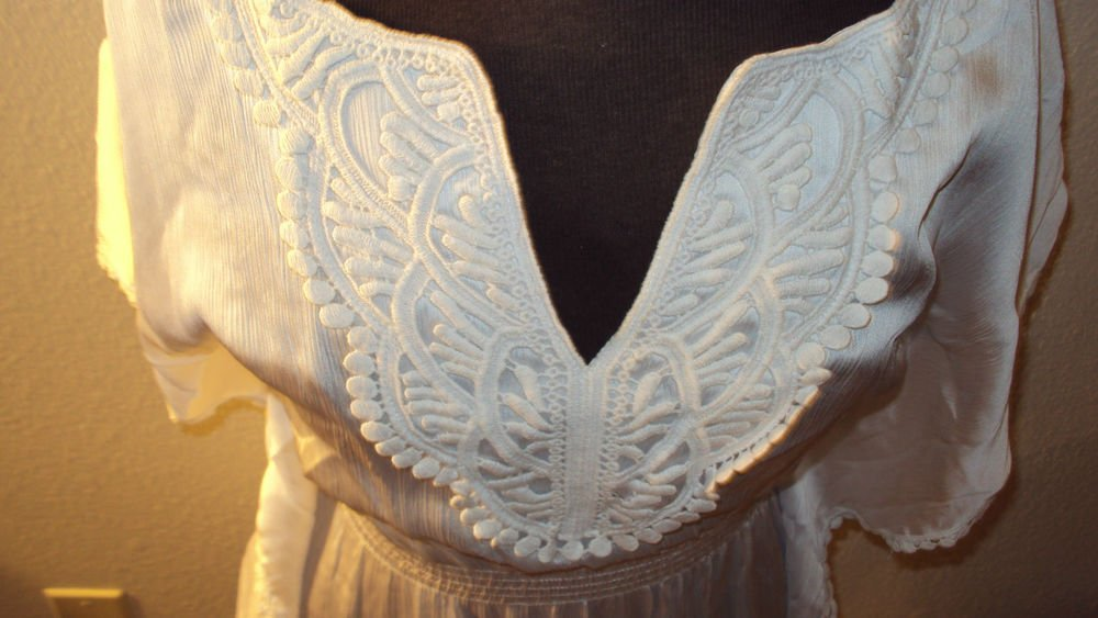 WOMENS WHITE CASUAL BLOUSE WITH EMBRODERY AROUND THE NECK LINE SIZE S