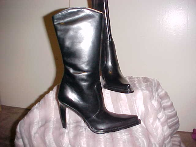 BCBG LEATHER BLACK BOOT
