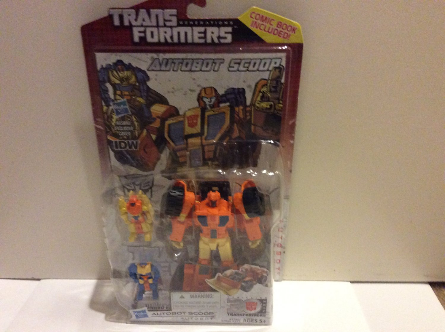 Hasbro Transformers Autobot Scoop (comic book include) Brand New