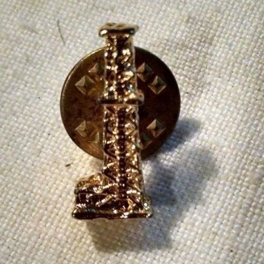 Golden OIL DERRICK rig well Tie or lapel pin Drilling Rig