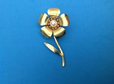 "VINTAGE LARGE GOLD TONE WITH COSTUME PEARL FLOWER PIN, 2 3/4"" x 1 1/2"""