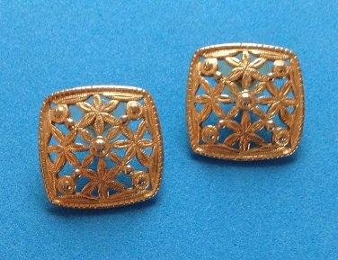 "LOVELY CUT OUT FLOWER DESIGN GOLD TONE PIERCED EARRINGS 1"" SQUARE"