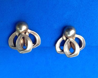 "Screw on gold tone earrings @ 3/4"" in diameter, vintage - very sweet."