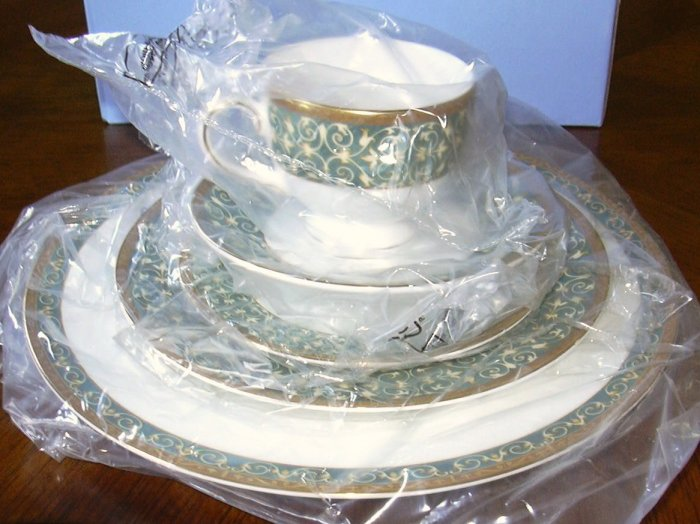 WEDGWOOD EVERLEIGH FIVE PIECE PLACE SETTING