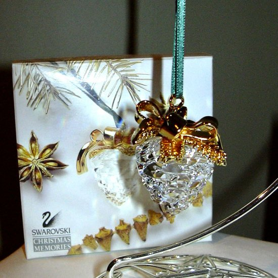 SWAROVSKI CHRISTMAS MEMORIES PINE CONE ORNAMENT *NEW IN BOX*