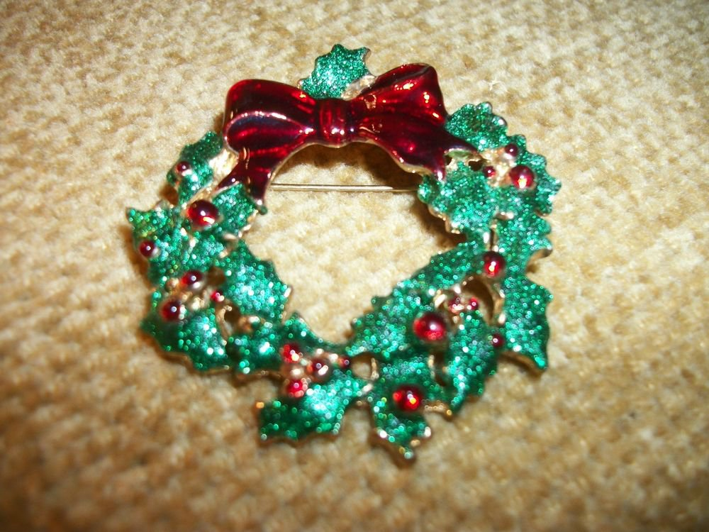 Vintage 1960's Christmas Wreath Brooch, Holiday Jewelry, Red Green Gold Pin