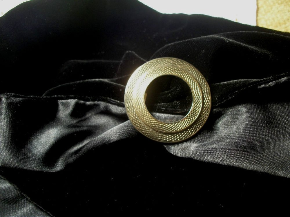 Double Infininty Circle Scarf Clip Holder Fastener Gold Metal Vintage Jewelry