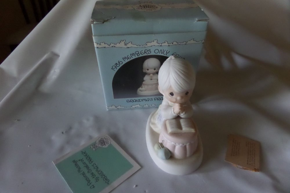 Precious Moments 1986 Members only Figurine Grandma's Prayer PM-861