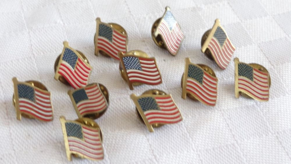 VINTAGE MID CENTURY ENAMEL GOLD PLATE US AMERICAN FLAG PIN BACK BUTTON LOT 10pc