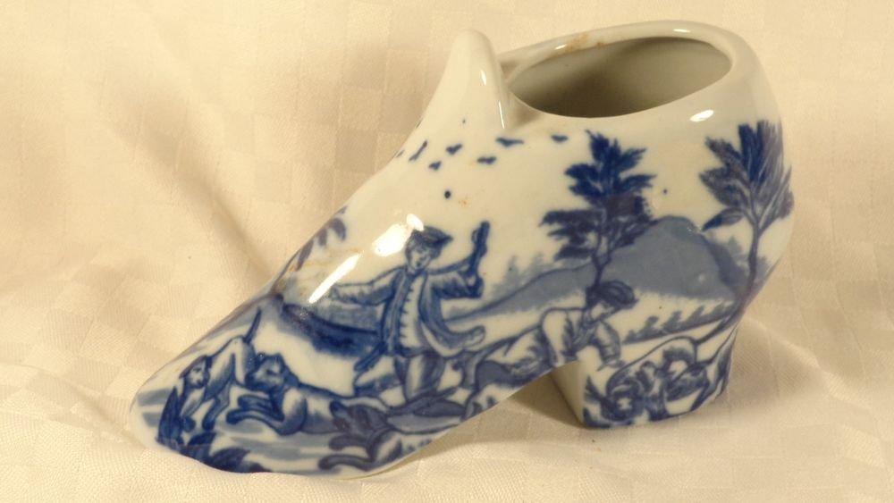 ANTIQUE? FLOW BLUE ENGLAND DELFT PORCELAIN VICTORIAN SHOE FIGURINE  COLONIAL DOG