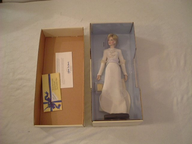 Diana Queen of Fashion Porcelaine Portrait Doll