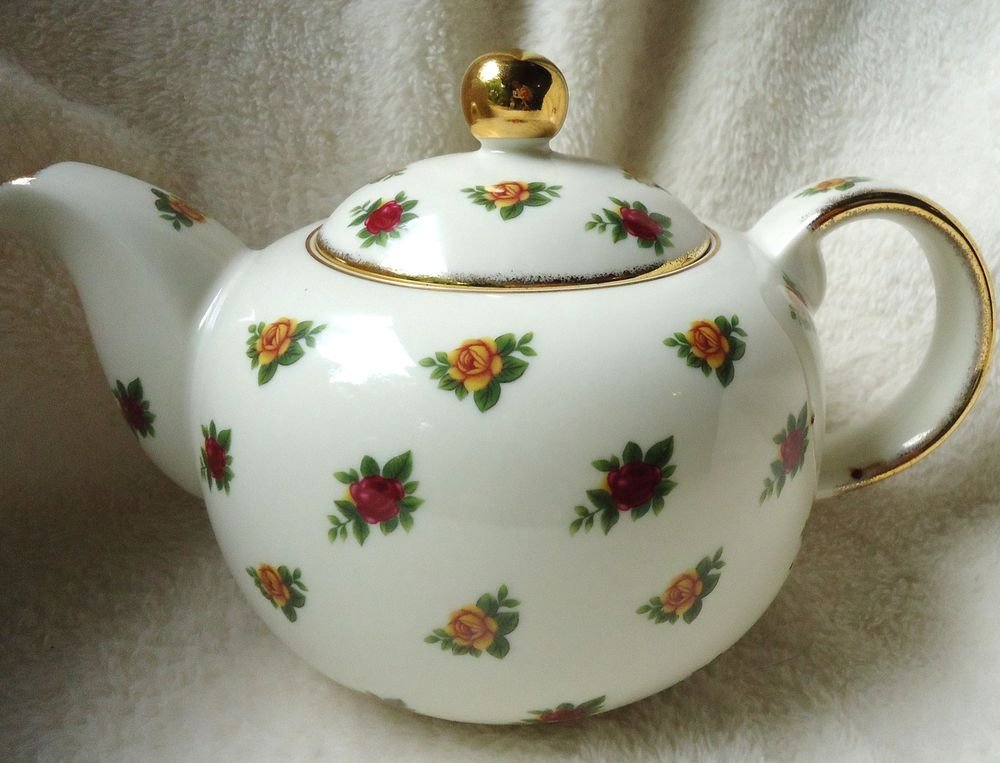 """STUNNING ROYAL ALBERT TEAPOT""..CLASSICS II-OLD COUNTRY ROSES.....MUST SEE!!!"