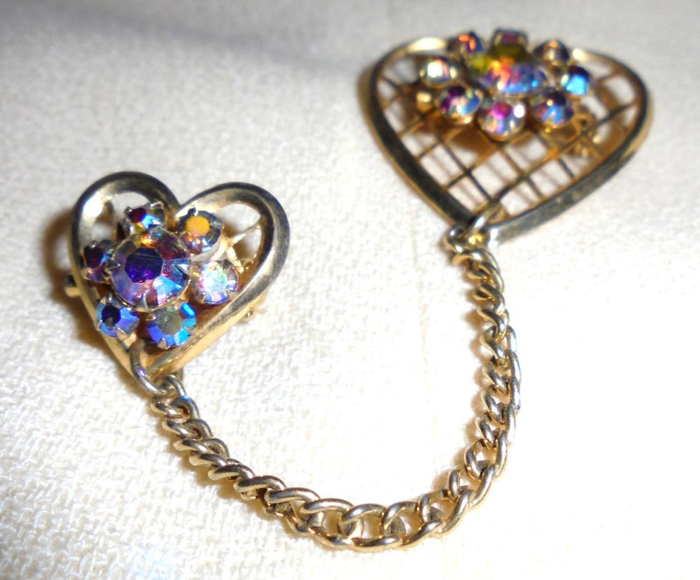 BEAUTIFUL VINTAGE DOUBLE HEART BROOCH/PIN.. GOLD TONE/CHAINED TOGETHER...
