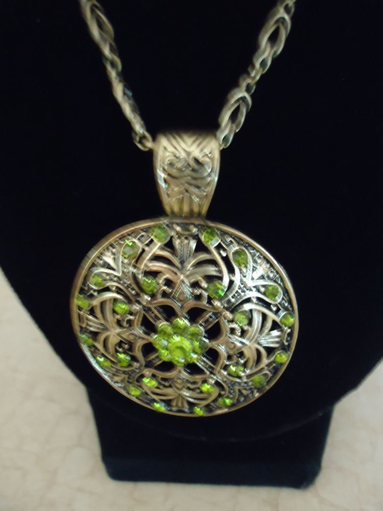 NEW NICE GREEN STONE PENDANT NECKLACE.....SO DETAILED & UNIQUE