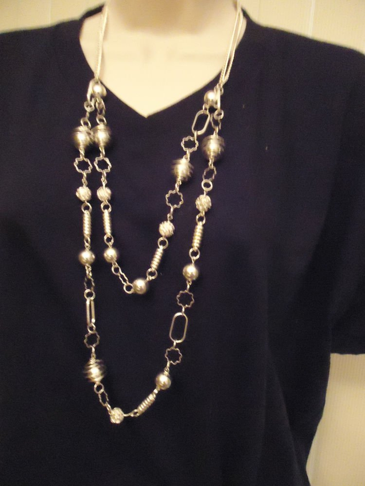 BRIGHT/SHINEY/DIFFERENT ACCENTS SILVERTONE NECKLACE..LIGHTWEIGHT