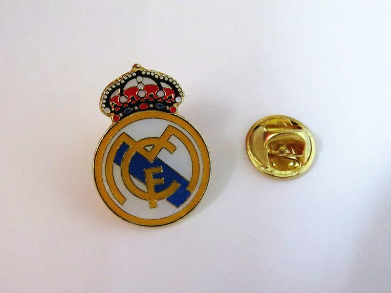 REAL MADRID  FOOTBALL PIN BROOCH BADGE SOUVENIR EMBLEM