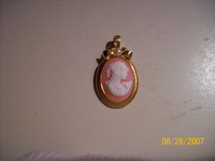 Cameo w/pearl in Unique Goldtone Setting
