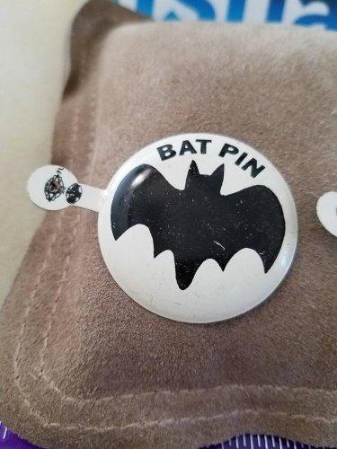 """Vintage larger 1 1/2"""" diameter tin 1966 Batman Bat Signal pin White 1 PIN"""