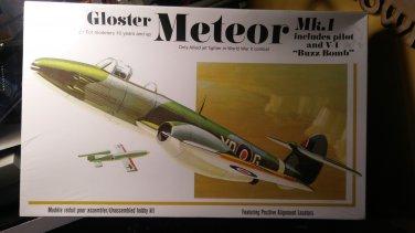 AMT 1/48 Gloster Meteor MK1 WWII Jet w/ German Nazi V-1 Buzz Bomb