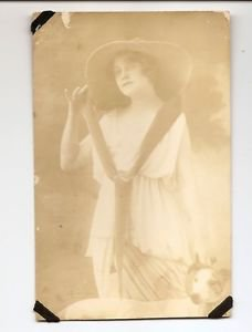 POSTCARD Vintage RPPC Photo Women, hat, dog - Editions Renaissance Paris France