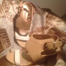 REBA EVERLEE 7M Women's WHITE & TAN BEIGE LEATHER WOODEN HEEL SANDALS MRSP $78