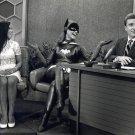 YVONNE CRAIG AS 'BATGIRL' ON 'THE MERV GRIFFIN SHOW' - 8X10 PHOTO (ZZ-242)