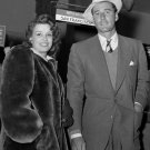 ERROL FLYNN & WIFE LILI DAMITA AT UNION AIRPORT LOS ANGELES 8X10 PHOTO (BB-430)