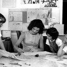 JACKIE KENNEDY HELPS CAROLINE & CLASSMATES IN W.H. SCHOOL - 8X10 PHOTO (DA-572)