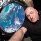 ASTRONAUT SCOTT KELLY INSIDE CUPOLA OF INTL SPACE STATION - 8X10 PHOTO (CC-025)