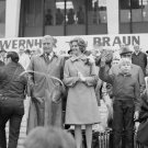 DR. WERNHER VON BRAUN & FAMILY HONORED IN HUNTSVILLE - 8X10 NASA PHOTO (DA-377)