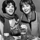 CINDY WILLIAMS & PENNY MARSHALL IN 'LAVERNE & SHIRLEY' - 8X10 PUBLICITY PHOTO (DA-667)