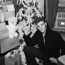 ELVIS PRESLEY AT CHRISTMAS TIME - 8X10 PUBLICITY PHOTO (NN-014)