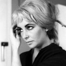 LEGENDARY ACTRESS ELIZABETH TAYLOR IN BLONDE WIG - 8X10 PUBLICITY PHOTO (ZZ-534)