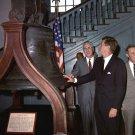 JOHN F. KENNEDY VIEWS LIBERTY BELL IN PHILADELPHIA IN 1962 - 8X10 PHOTO (AA-173)