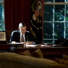 PRESIDENT BARACK OBAMA IN THE OVAL OFFICE - 8X10 PHOTO (ZZ-505)