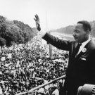 MARTIN LUTHER KING, JR. WAVES TO CROWD AT LINCOLN MEMORIAL - 8X10 PHOTO (AA-113)