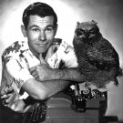 JOHNNY CARSON WITH A TYPEWRITER... AND AN OWL - 8X10 PUBLICITY PHOTO (AA-891)