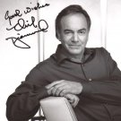 SINGER NEIL DIAMOND WITH *REPRINT* AUTOGRAPH - 8X10 PUBLICITY PHOTO (RP-083)