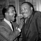 MARTIN LUTHER KING JR WITH SAMMY DAVIS JR IN NYC - 8X10 PUBLICITY PHOTO (BB-061)