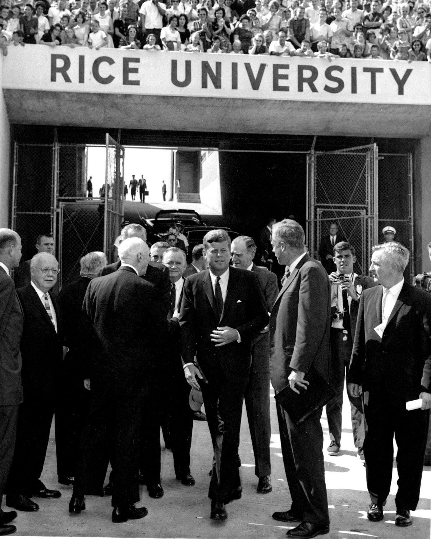 PRESIDENT JOHN F. KENNEDY AT GATES OF RICE STADIUM IN 1962 - 8X10 PHOTO (AA-239)
