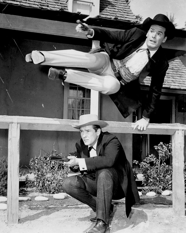JAMES GARNER & JACK KELLY IN TV SERIES 'MAVERICK' 8X10 PUBLICITY PHOTO (AZ-019)