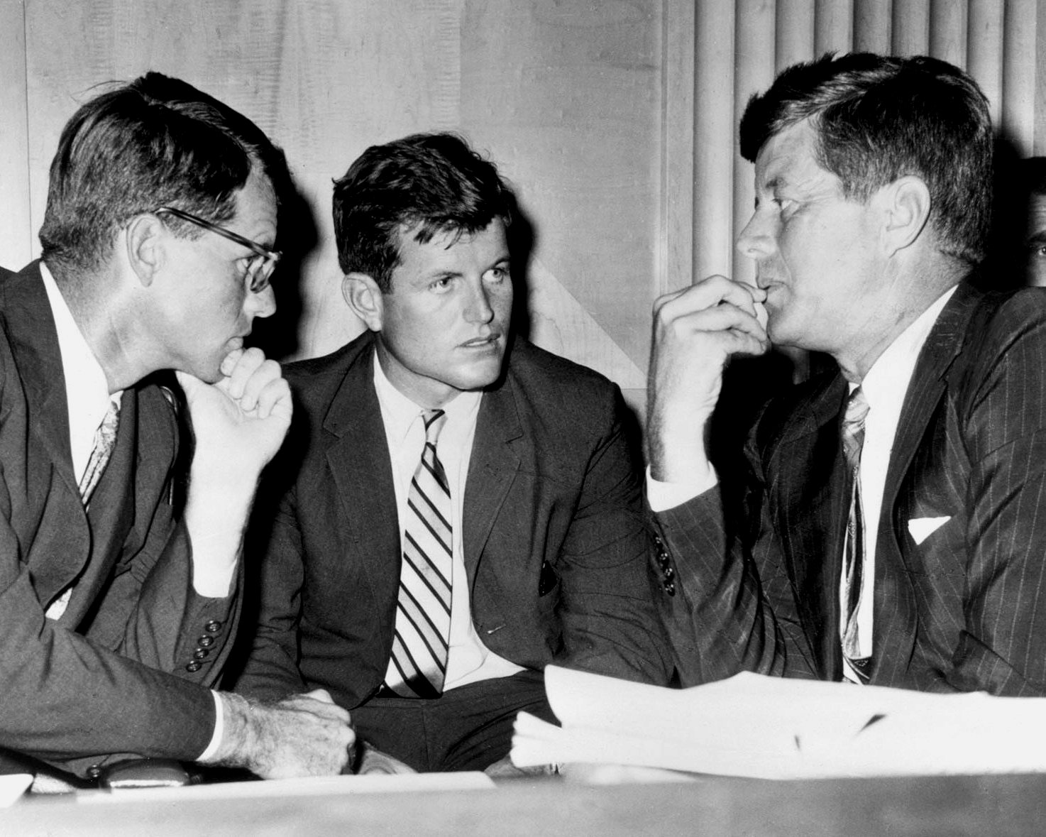 PRESIDENT JOHN F KENNEDY W/ BROTHERS ROBERT & EDWARD IN 1962 8X10 PHOTO (AZ-031)