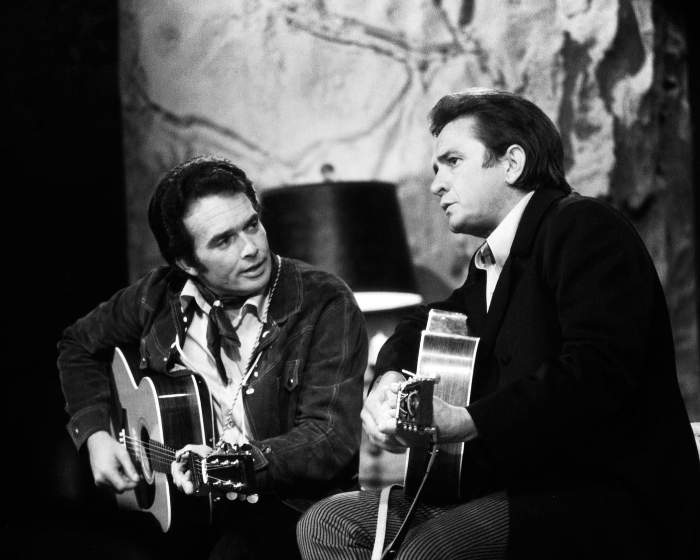 MERLE HAGGARD ON 'THE JOHNNY CASH SHOW' IN 1969 - 8X10 PUBLICITY PHOTO (AZ-038)