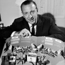 WALTER CRONKITE POSES W/ A CBS NEWS 1962 ELECTION HEADQUARTERS MODEL - 8X10 PUBLICITY PHOTO (AZ-048)