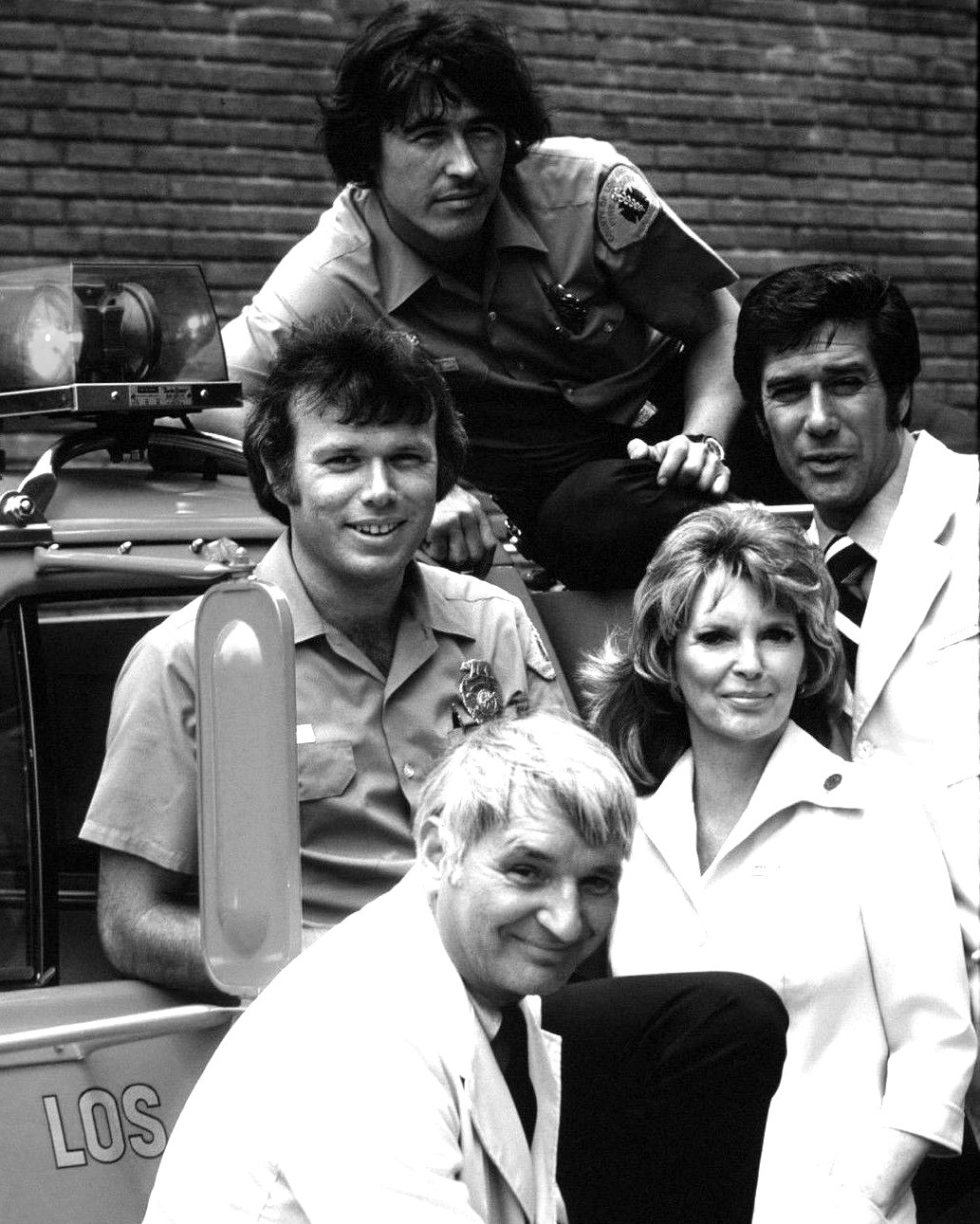 CAST SHOT FROM THE NBC TV SERIES 'EMERGENCY' - 8X10 PUBLICITY PHOTO (DA-475)