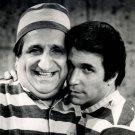 AL MOLINARO & HENRY WINKLER IN 'HAPPY DAYS' FONZIE 8X10 PUBLICITY PHOTO (ZY-097)