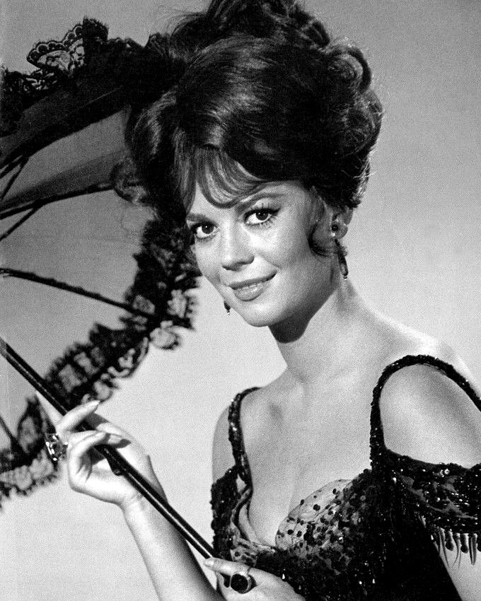 NATALIE WOOD IN THE FILM 'THE GREAT RACE' - 8X10 PUBLICITY PHOTO (BB-861)