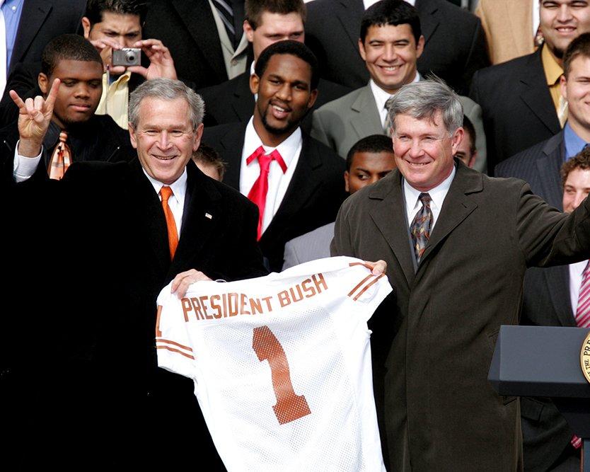 GEORGE W. BUSH w/ TEXAS LONGHORNS 2005 NCAA FOOTBALL CHAMPS 8X10 PHOTO (BB-872)