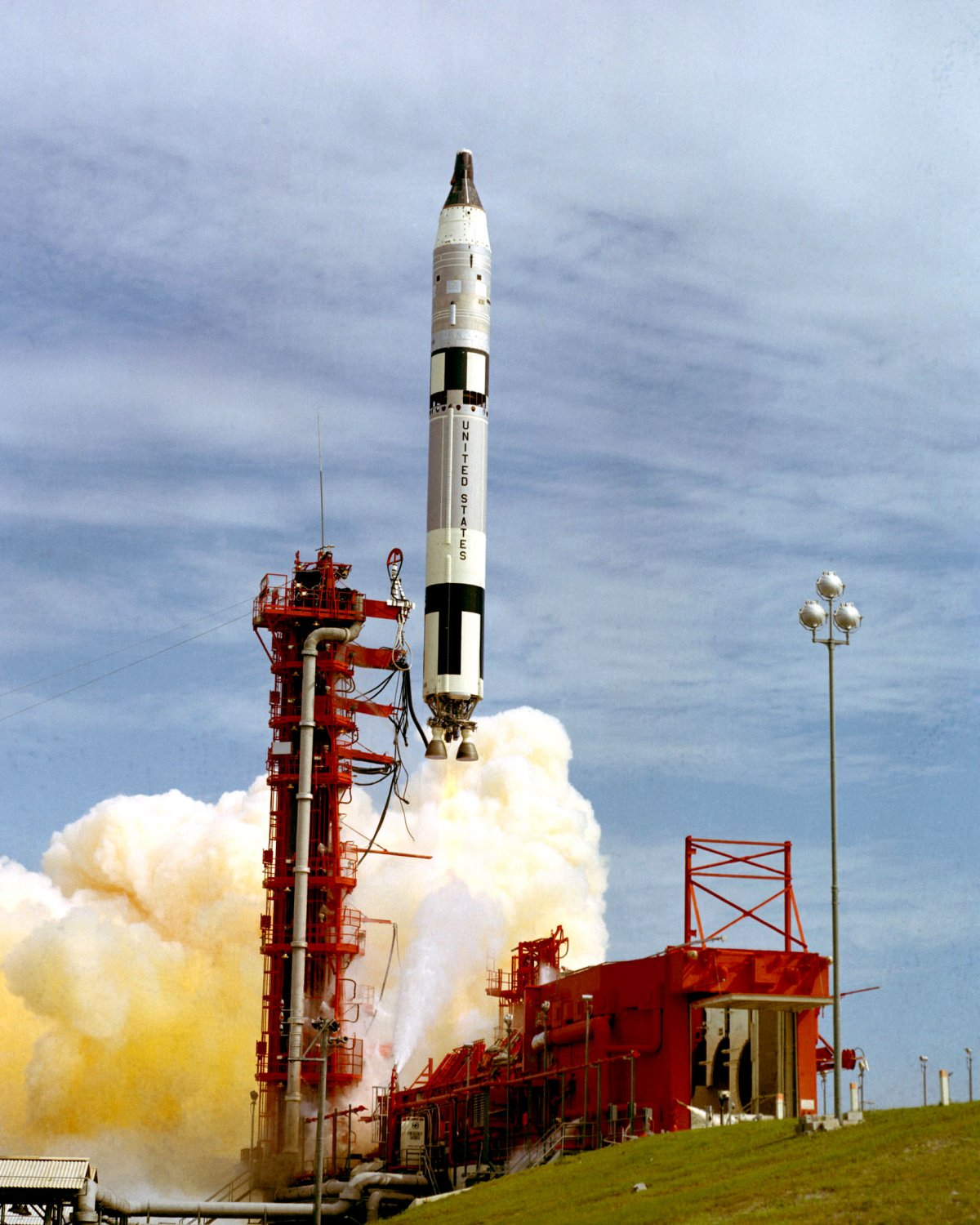 GEMINI 11 SPACECRAFT LIFT-OFF FROM LAUNCH COMPLEX 19 - 8X10 NASA PHOTO (BB-882)