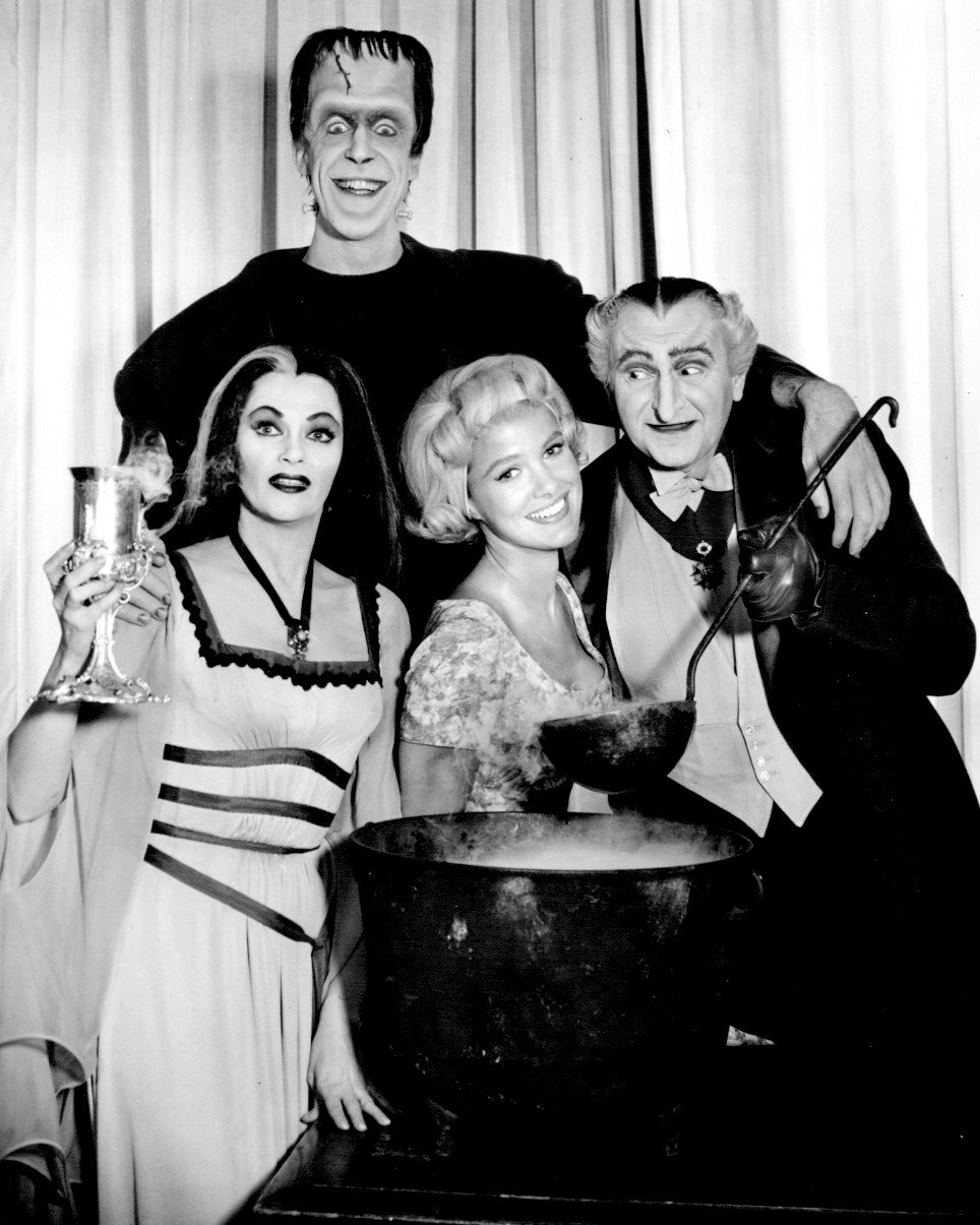 'THE MUNSTERS' CAST FROM THE CBS TV SERIES - 8X10 PUBLICITY PHOTO (CC-014)
